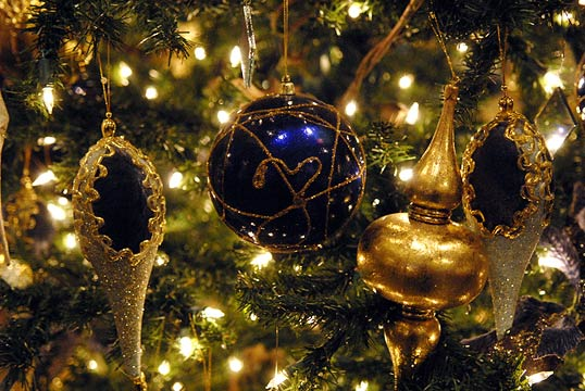 JR55034-ornaments-on-tree